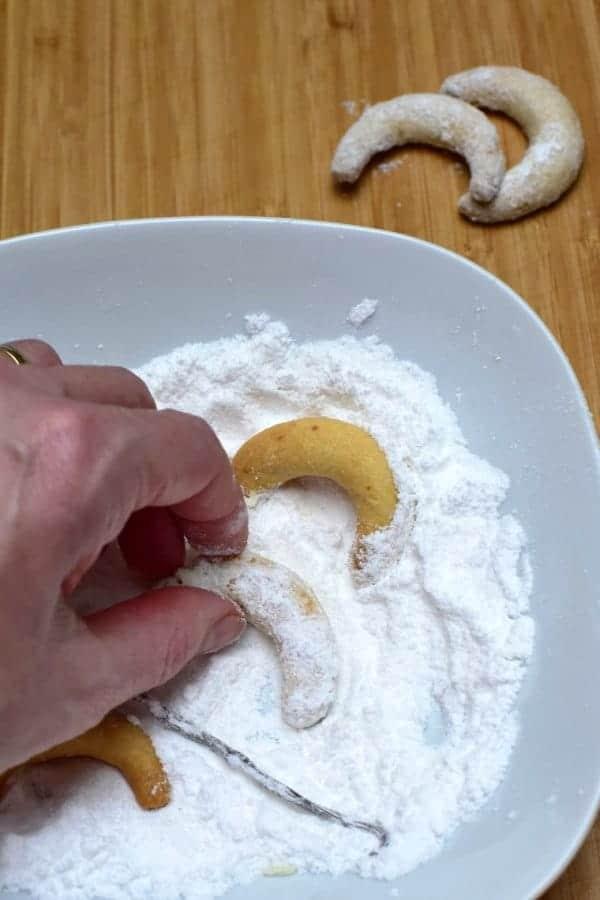 coating vanilkové rohlíčky in vanilla sugar