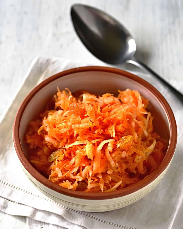 apple carrot salad mrkvový salát serving