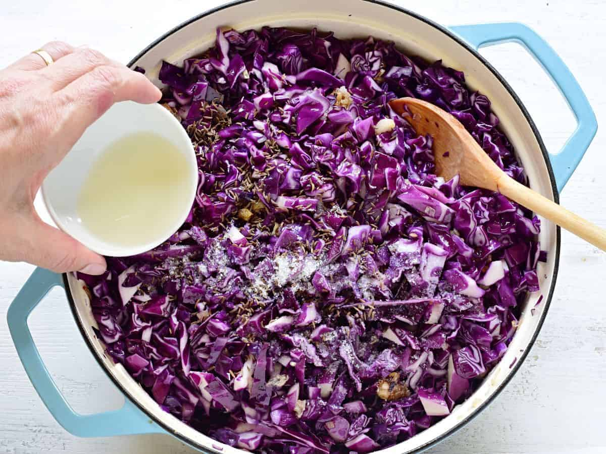 Seasoning red cabbage in a pot.