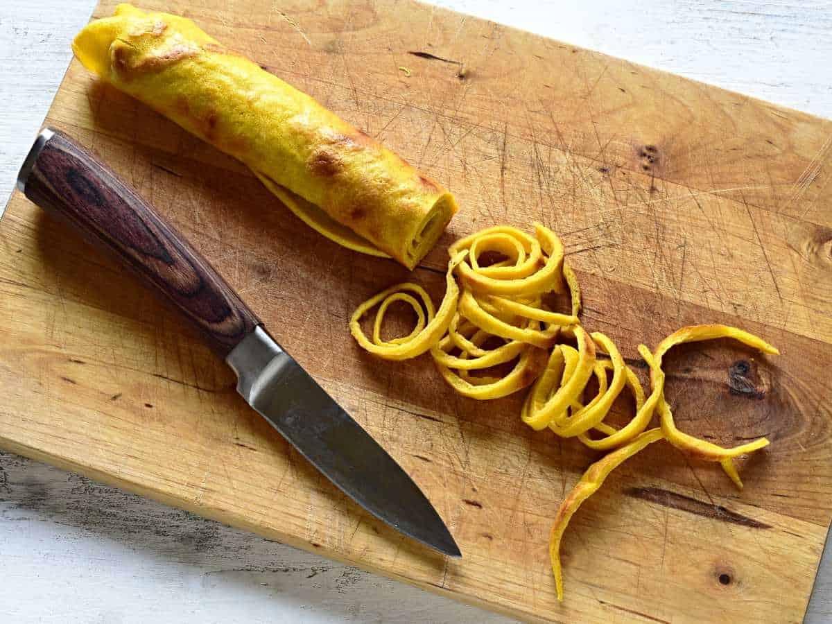 Cutting celestýnské nudle.